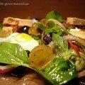 Salade folle aux oeufs de caille, raisins frais et foie gras sur pain d'épices
