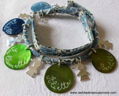 Bracelet sur ruban double tour composé de 5 médailles en nacre gravées et 5 breloques fillettes en argent massif - Copie