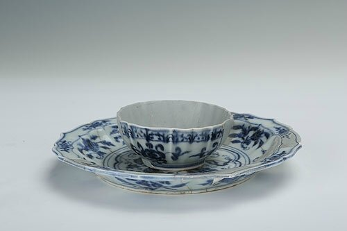 Blue-and-white teacup and its saucer with the design of interlocking branches of flowers, Yongle period (1403-1424)