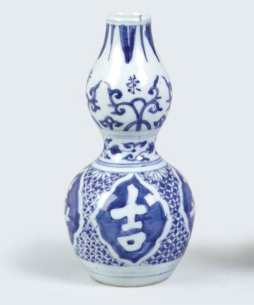 A Late Ming blue and white small double-gourd vase, 17th Century