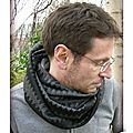 DSCN9708-snood-double-owly-mary-du-pole-nord-maille-fluide-leger-chevron-noir-gris-polaire-doudou-double-chaud-fait-main