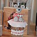 Une jolie petite souris en porcelaine froide sur un pot en verre pour collectionner les dents de lait de vos enfants .