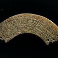Pendentif huang en forme d'arc, chine, période finale des shang ou début des zhou occidentaux, ca 12° – 10° siècles bce