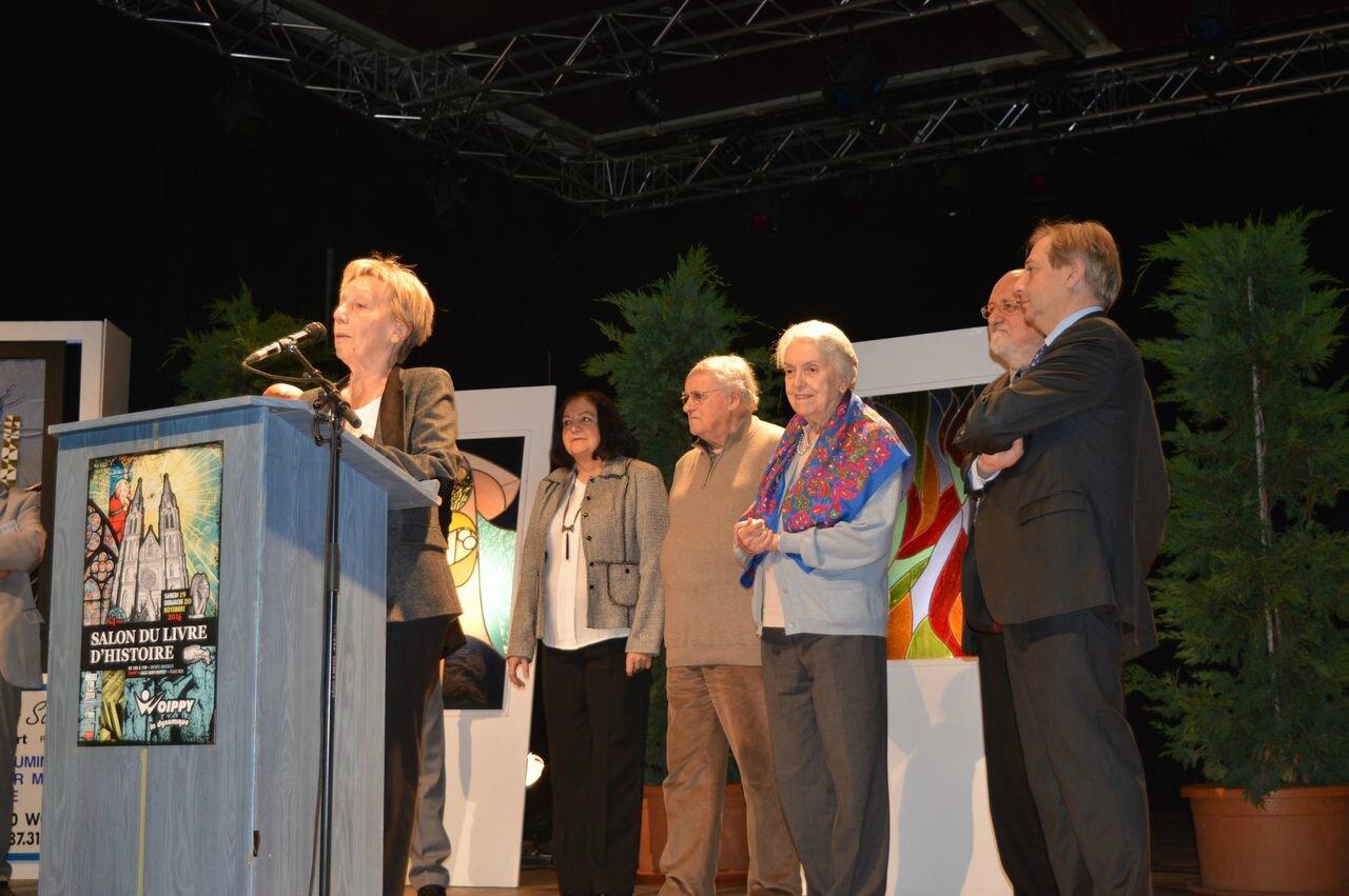 ... Simone Bertière (au centre, avec son écharpe)