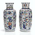 Deux vases rouleaux en porcelaine wucai, Dynastie Qing, époque Kangxi