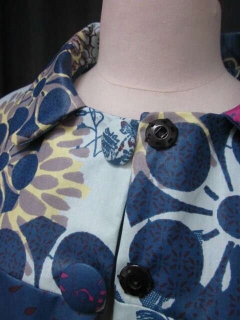 Ciré en coton enduit fleuri bleu pétrole, ciel et violine fermé par 2 pressions dissimulés sous 2 boutons recouverts dans le même tissu (6)