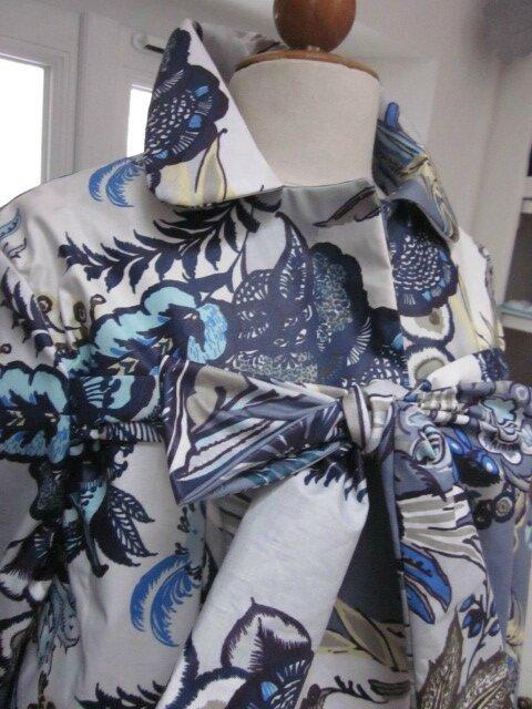 Ciré AGLAE en coton enduit fleuri bleu sur fond gris fermé par un noeud dasn le même tissu (4)