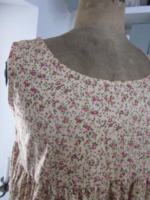Robe CAROLINE en coton ocre beige à fleurs rose (4)