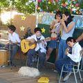 Los músicos cantan y tocan los villancicos