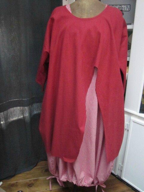 Tunique ADRIENNE en lin rouge sur une robe HENRIETTE en vcichy rouge et blanc (6)