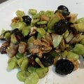 Salade de fèves, courgettes, noix, olives