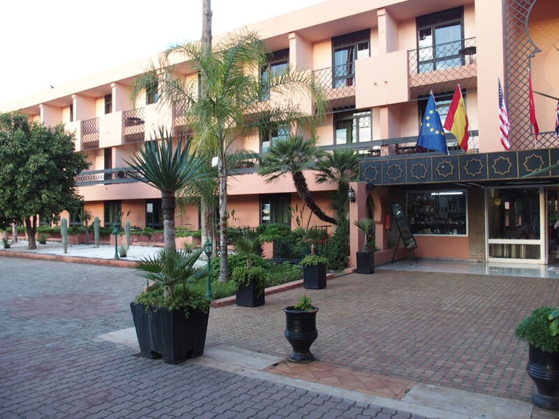 2 la façade d'entrée de l'hôtel Chems
