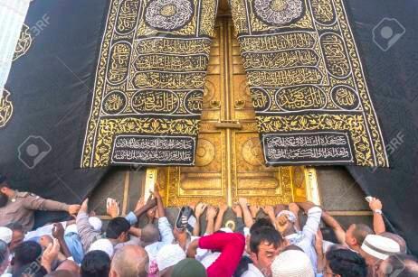 44426405-makkah-mar-14-une-vue-de-prc3a8s-de-la-porte-de-la-kaaba-et-la-kiswah-tissu-qui-recouvre-la-kaaba-au-masj