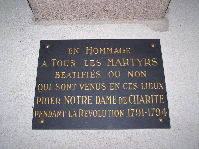 Plaque apposée sur le mur du chœur, sous la statue de Notre-Dame