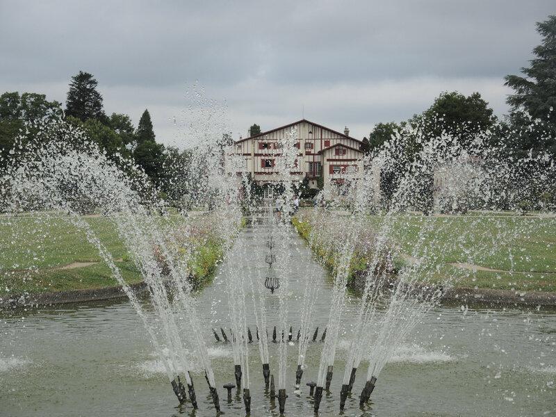 Cambo-les-Bains, villa Arnaga, jet d'eau et villa (64)
