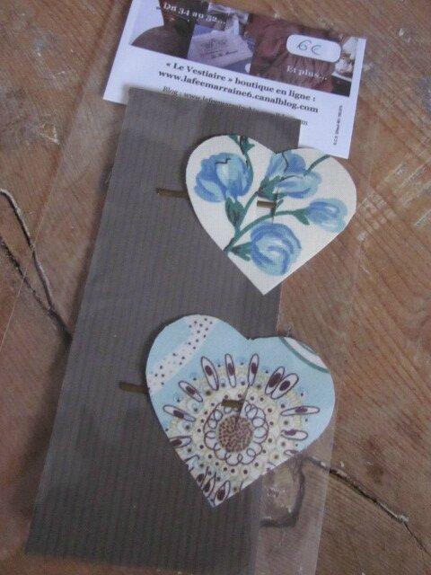 Carte de 2 pinces à cheveux COEUR, l'une en Liberty véritable fleuri sur fond bleu, l'autre fleuri bleu sur fond écru