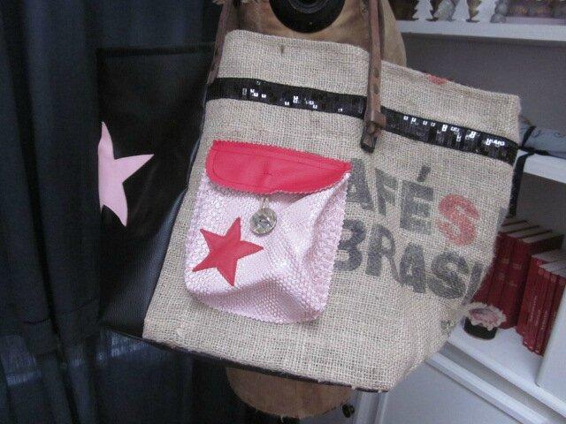 Sac FELICIE n°30 à partie d'un ancien sac de cafée et simili cuir noir - étoiles, bande de paillettes noires, poche simili python rose - anciennes sangles militaires en cuir (5)