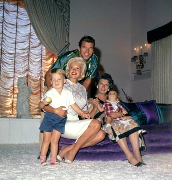 jayne_pink_palace-inside-lounge_main-family-1