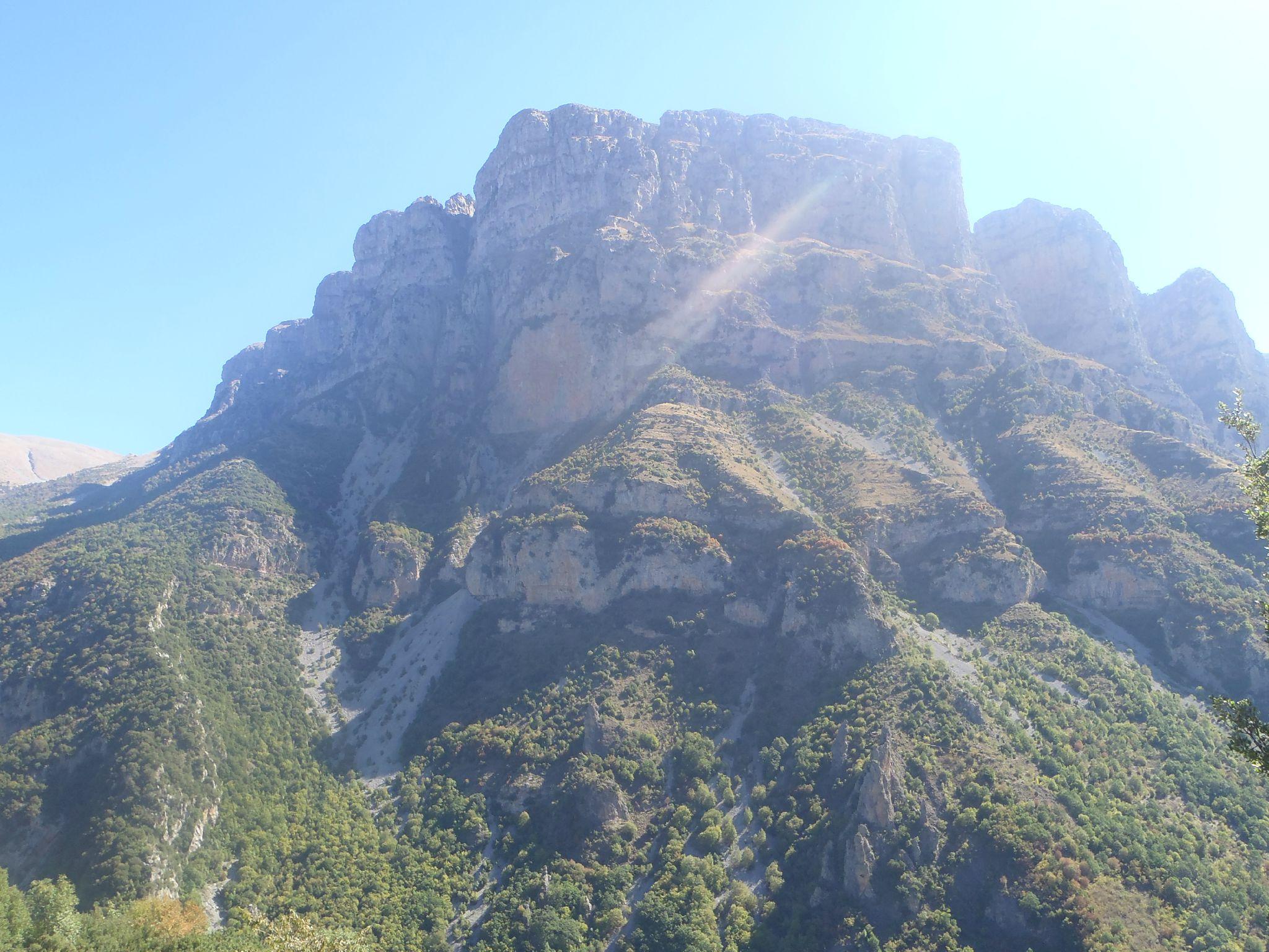 grèce les gorges de vikos le sommet des falaises