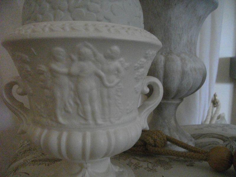 Vase de forme Médicis avec jolie frise. 10 euros