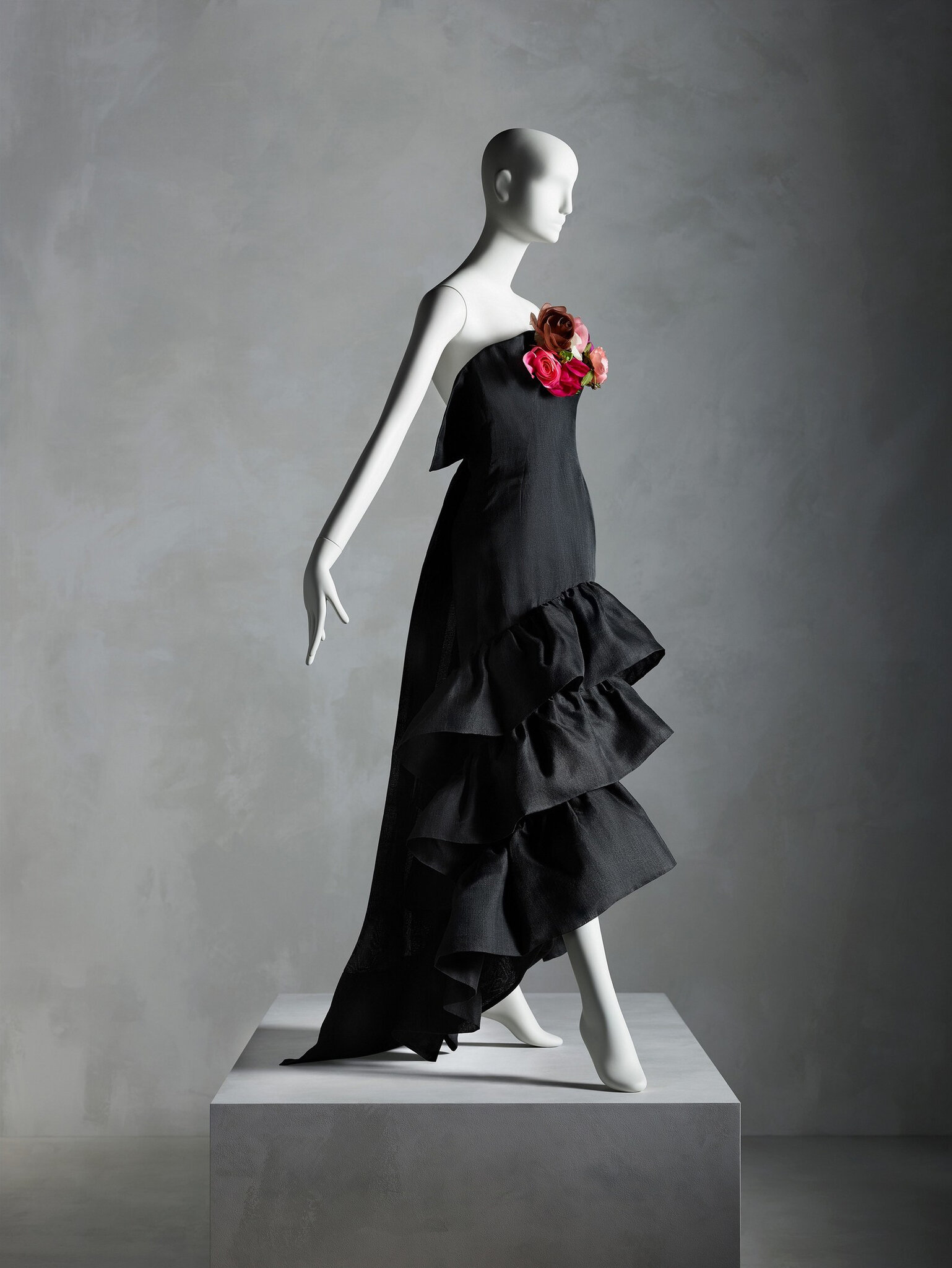 Evening Dress, Cristóbal Balenciaga (Spanish, 1895–1972) for House of Balenciaga (French, founded 1937), summer 1961; Promised gift of Sandy Schreier. Courtesy of the Metropolitan Museum of Art