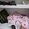 Culotte BIANCA en coton rose imprimé cupcakes - coton rose imprimé cupcakes et coton uni blanc dans le dos - noeud violine à pois devant et sur les fesses (1)