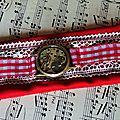Bracelet manchette steampunk en tissu rouge, dentelle blanche et mécanisme de montre ancienne