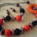 collier noir et orange laine et fimo