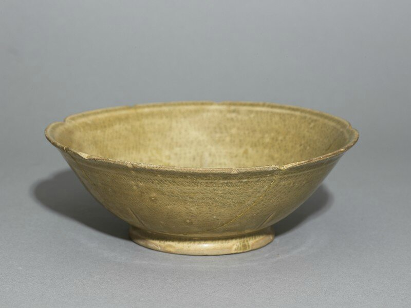 Greenware bowl with foliated rim, Changsha or Yue kiln-sites, late 8th century - early 9th century AD