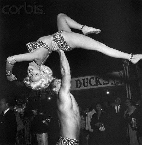 jayne_bikini_leopard-1956-10-30-LA_paramount_sunset_studio-with_mickey-3