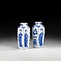 Paire de petits vases en porcelaine bleu blanc, Chine, Dynastie Qing, époque Kangxi (1662-1722). Photo Artcurial