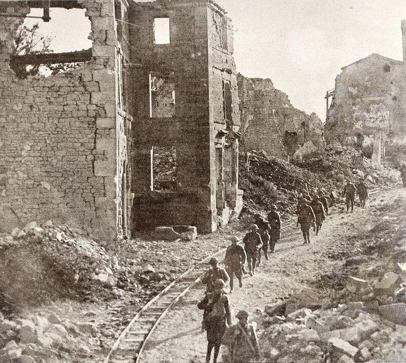 1918 06 12 Soldats américains traversant Varennes