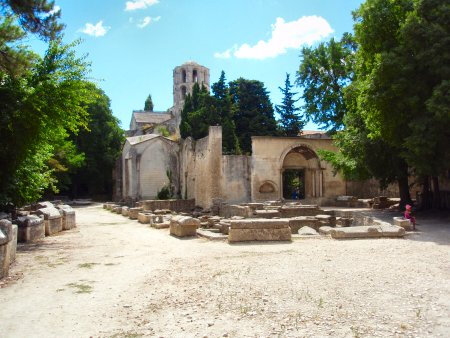 ALYSCAMPS EGLISE ST HONORAT ET TOMBEAUX