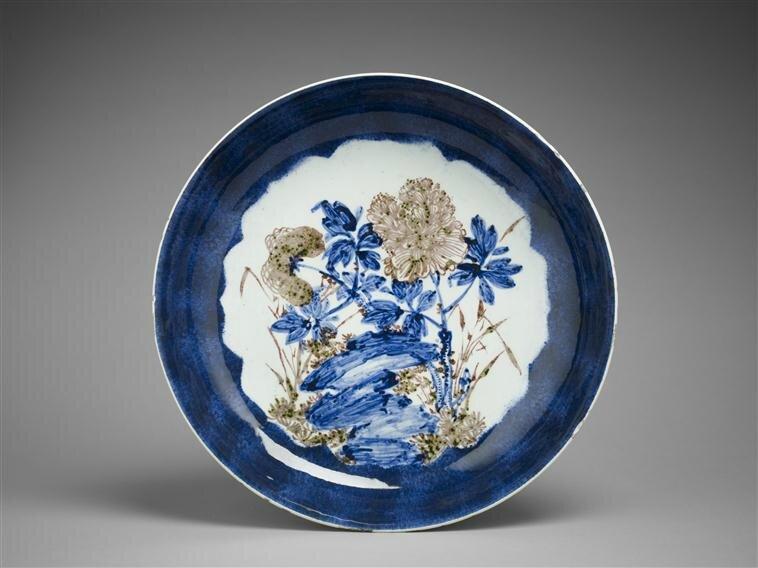 Plat à décor de pivoines, dynastie Qing (1644-1912), règne de Chenghua (1465-1487), Paris, musée Guimet - musée national des Arts asiatiques