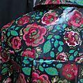Ciré AGLAE en coton enduit noir fleuri rouge et vert fermé par 2 pressions dissimulés sous 2 boutons recouverts (12)