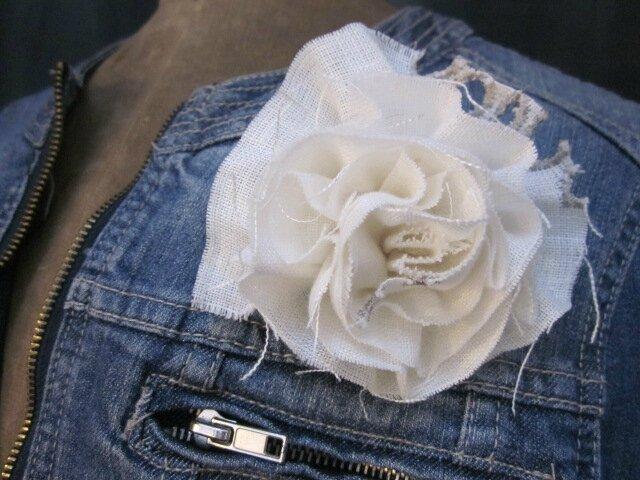 Broche fleur EVELYNE en lin écru brodé de beige (1)