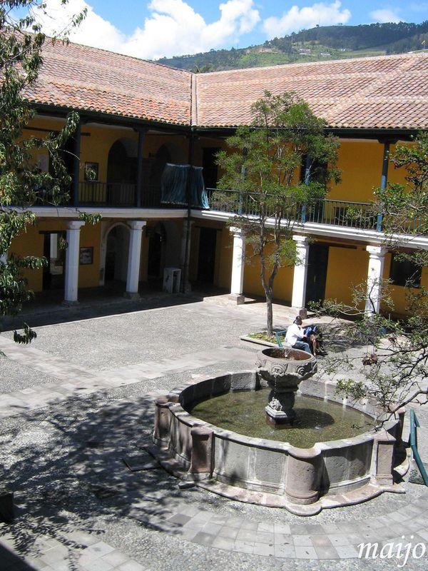 Grand patio de l'hôpital