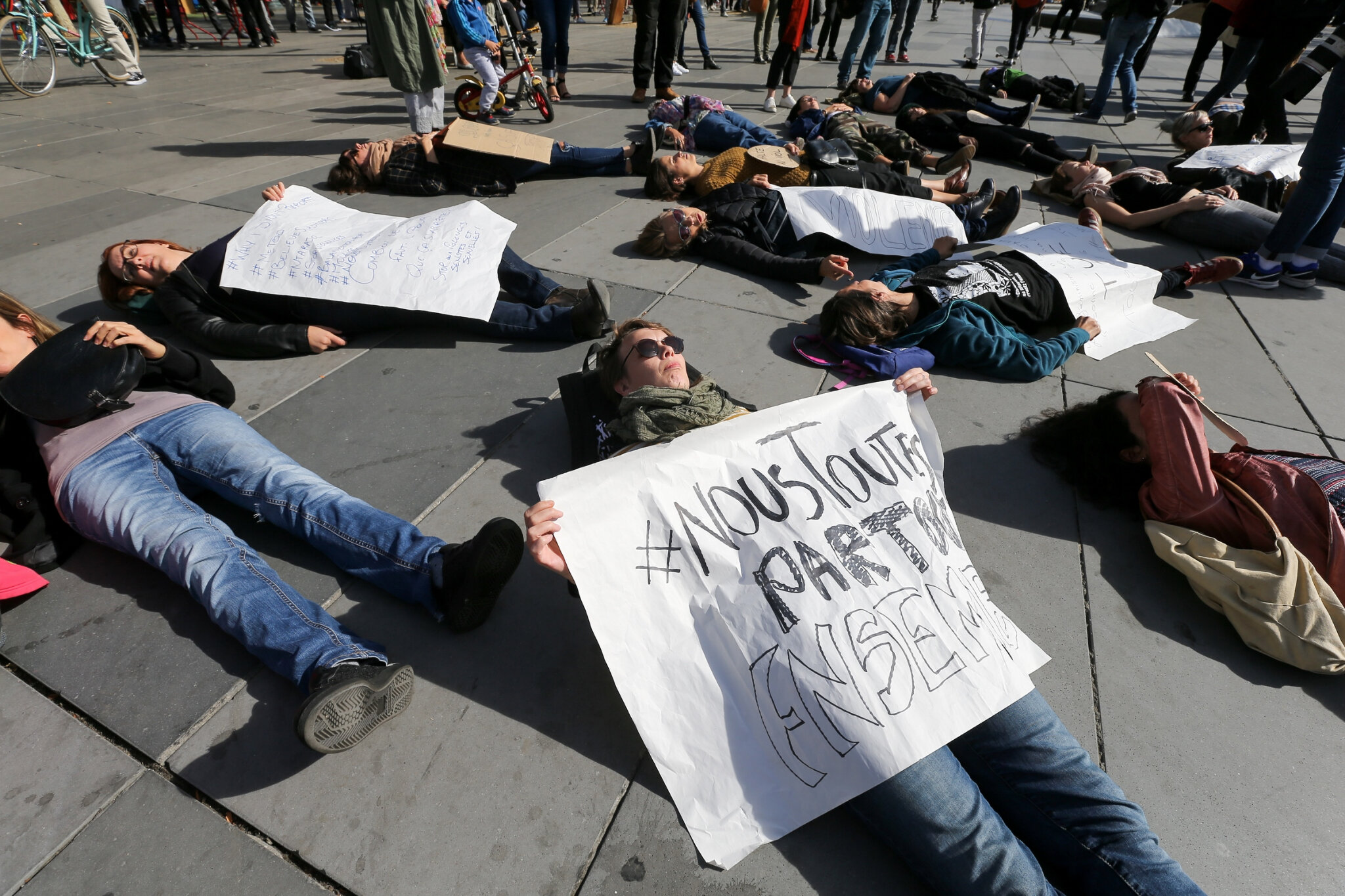 Die-In à Paris pour #MeToo. © Michel Stoupak. Sam 29.09.2018, 13h36m39.