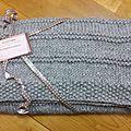 Couverture grise tricotée à la main