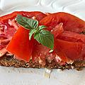 Tartine de tomate, ail et oignon