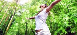 femme relax forêt