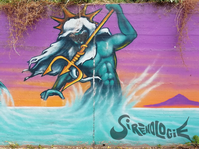 street art - fonds marins, triton à couronne et trident, vague de surf - gros plan
