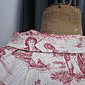 Veste BLANCHE en lin brut imprimé toile de jouy rouge fermée par un bouton de nacre (1)