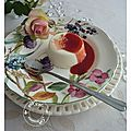 Pannacotta façon ispahan: litchi, perles de rose et or, coulis de framboises.......