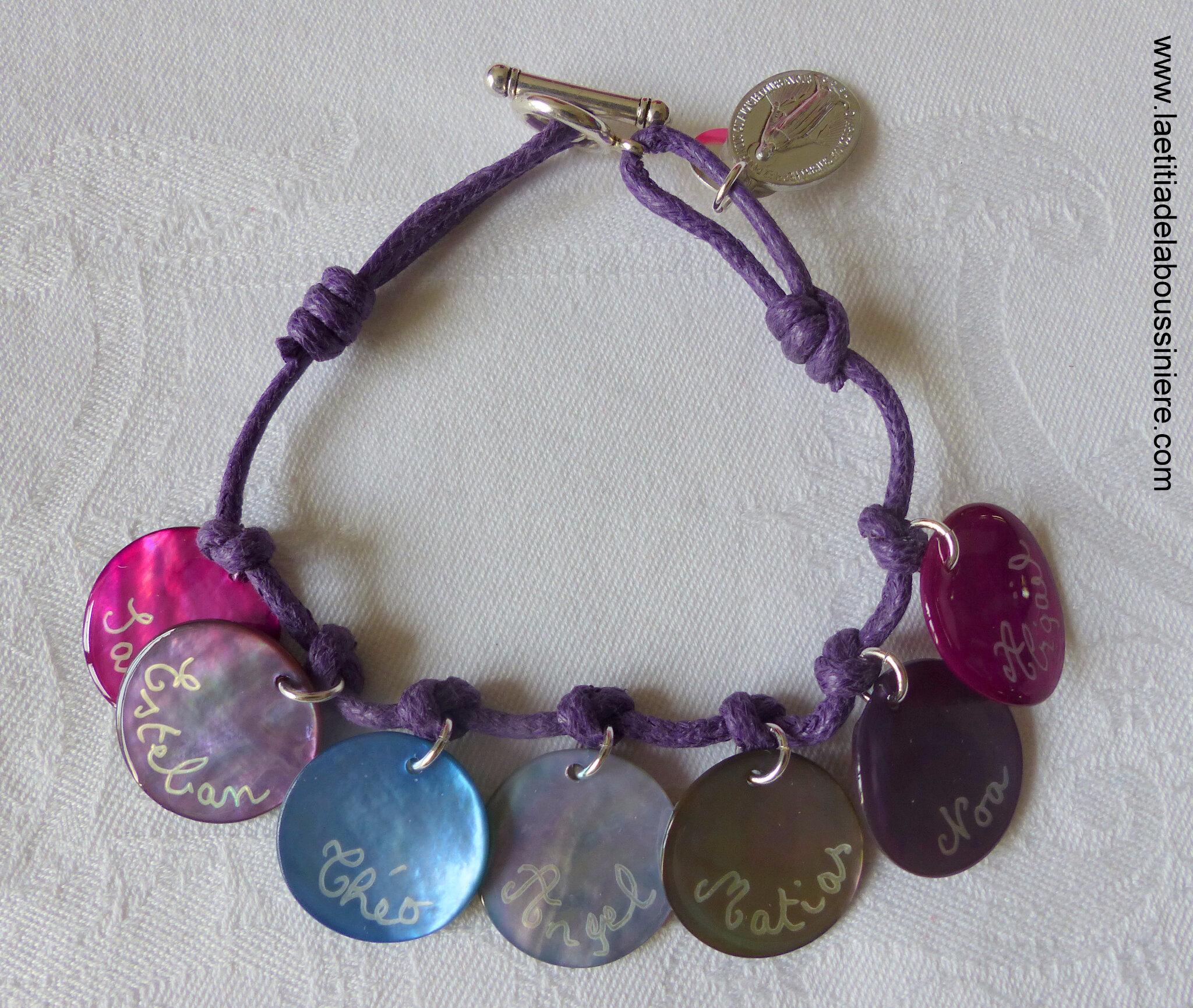 Bracelet personnalisé sur cordon composé de 7 médailles en nacre gravée - 45 €