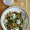 Assiette de pois chiches & champignons de paris au garam masala, haricots verts & cottage cheese