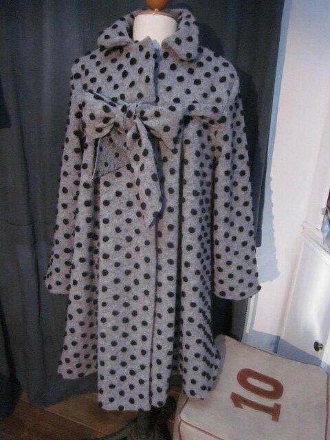 Manteau en lainage gris à pois noirs fermé par un noeud (2)