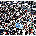 En hongrie, des centaines de migrants se rendent à pied en autriche