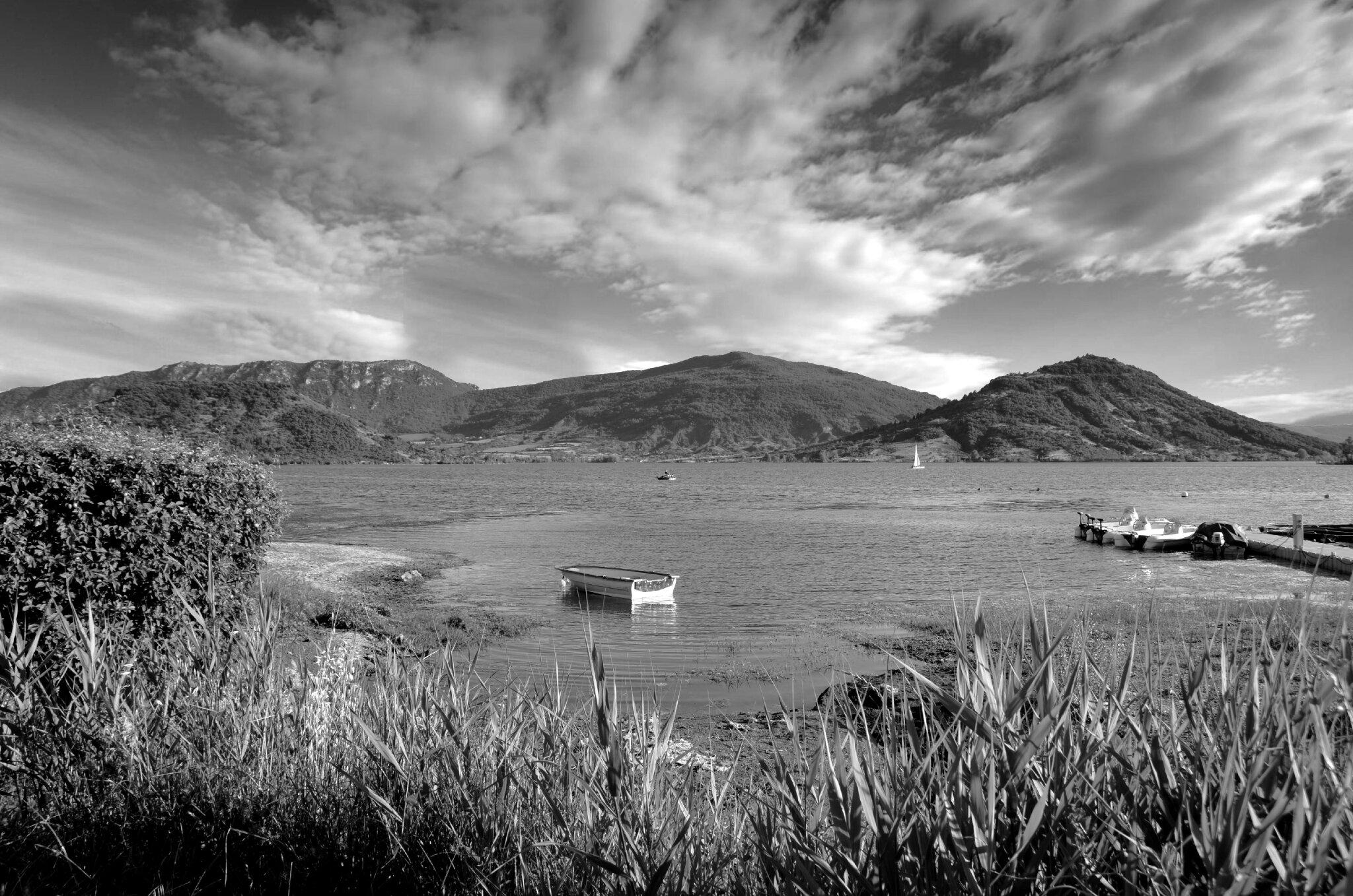 Le lac du Salagou en monochrome