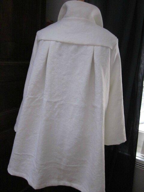 Manteau de lin épais et dense blanc noué d'un lien de lin brut sur le devant (10)